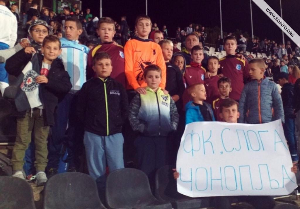Najmlađi fudbaleri FK Sloge na utakmici FK Partizan - AZ Alkmar